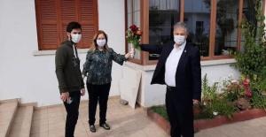 Kuzey Kıbrıs Türk Cumhuriyeti Sağlık Bakanı Dr.Ali Pilli, eşini güllerle duygulandırdı